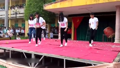 一曲鬼舞步吸引了全校师生来观看,原来鬼舞步在越南也这么火