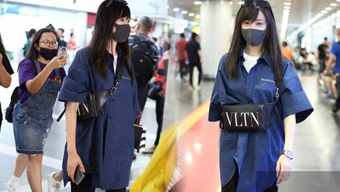 张天爱蓝衬衫配黑色长裤现身 口罩遮面气质清新