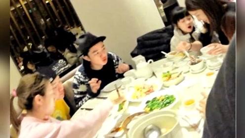王祖蓝吃饭一直看着怀孕的李亚男 还特意买高钙奶给老婆喝