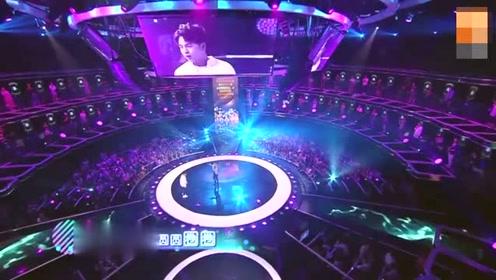 薛之谦与歌迷朱兴东翻唱《江南》搞笑解锁演唱新模式
