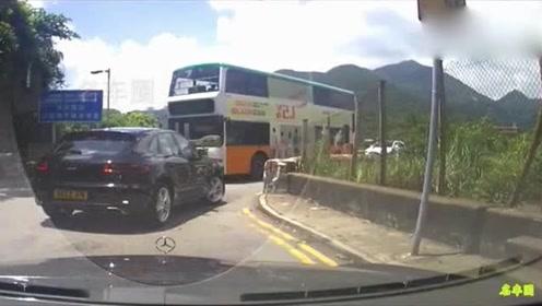 保时捷转弯处避让公交车,这是不是女司机?