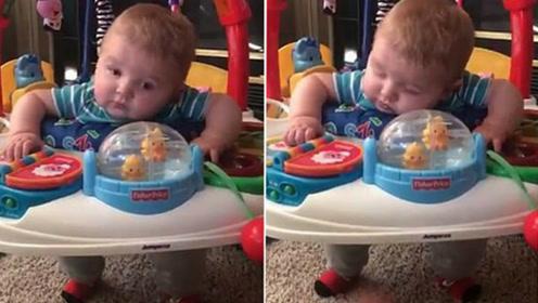睡觉与做游戏真能两全 萌娃玩具椅里边睡边弹跳玩耍