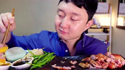 韩国吃货小哥,吃鸭肉,蘸点酱,看看这吃相,吃得太过瘾了