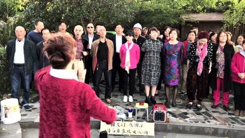 重阳节,大爷大妈西湖边对唱情歌