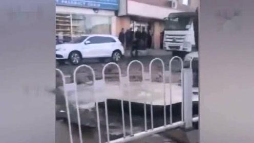 沈阳一路中央发生管道爆裂 一辆SUV车头被泥石崩毁