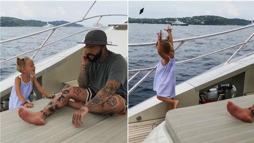 4岁女孩抓起爸爸的手机扔进大海 只因他在手机上花太多时间