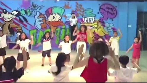 老师带着小朋友一起跳《学猫叫》,谁比较可爱呢