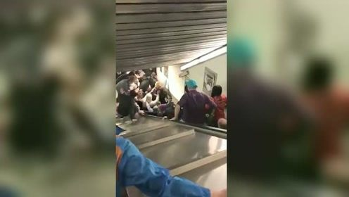 电梯卷人太惊悚!地铁扶梯飞速滚动,现场简直吓skr人