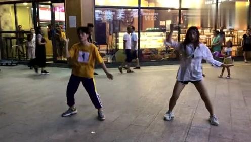 一对高中情侣杯偶像练习生洗脑了!街头跳《ei ei》引市民围观!