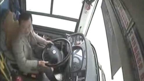 重庆坠江公交车内监控:乘客司机互殴,致车辆失控,司机有责任吗?