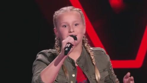 小姑娘刚开唱就获评委4连拍,嗓音独特一点都不输原唱!太棒了