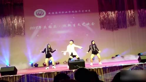 迎新晚会小哥哥跳韩舞太妖娆,台下男同学都看激动了!