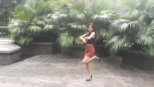 大风也阻挡不了小姐姐的热情,小姐姐的舞技真是棒