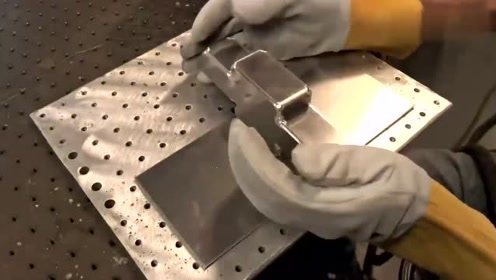 小伙秀了一把自己独特的焊接方式,有这种技术很多公司抢着要吧