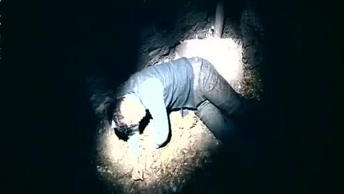 小男孩墓地听到有人呼救,他聪敏的故意念错名字,成功逃过一劫!