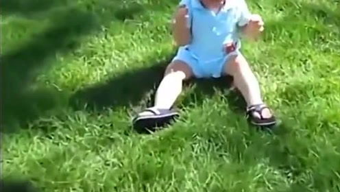 宝宝第一次到草坪,小脚丫无处可放,太萌了