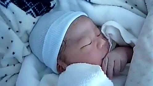 刚出生15分钟的小婴儿,享受的吃着小手,小模样太萌了