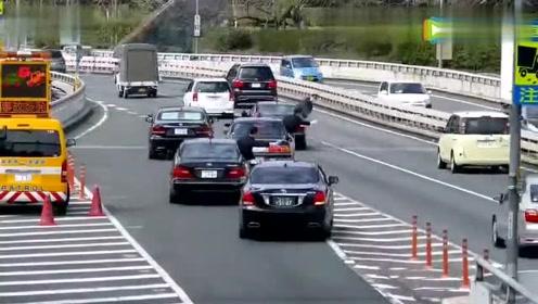 很有礼貌的方式!看日本首相车队在公路上是如何超车