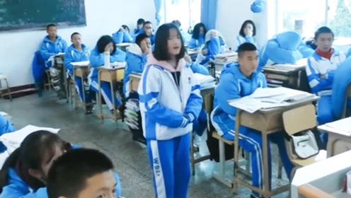 初中女学生教室里随便来了一首《光年之外》音乐老师都要下岗了!