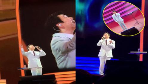 费玉清演唱《千里之外》《我只在乎你》,现场充满不舍