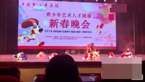 萌娃:自己选的表演 睡也要在舞台上睡完这段舞蹈