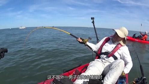 外国人驾驶皮划艇捕到罕见大鱼,好不容易拉上来,差点翻船