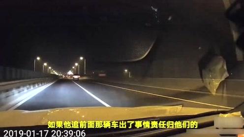 小车不配合检查加速冲卡 嘲笑警察不敢追40秒后被截停怂了