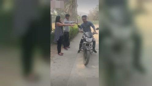两盲人在路边等车,一男子好心把摩托车给他们,却被开走了!