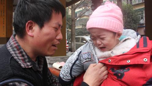 儿子患病无钱治放弃,男子寒风中跪地上哭成泪人:孩子,对不起
