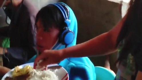 菲律宾13岁少年连玩网游超2天 母亲边喂饭边叹:可怜的孩子