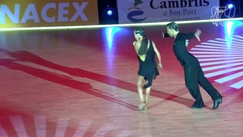 性感又优雅的舞姿,完全被舞者吸引,美极了!