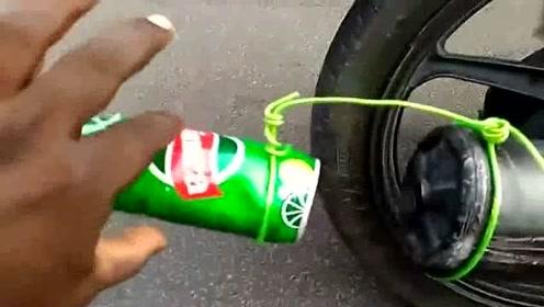 印度小伙将摩托车排气管装上易拉罐,一把油门下去霸气开始!