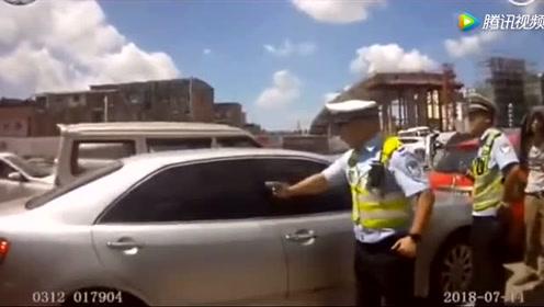 女子被反锁车内,交警破窗救人