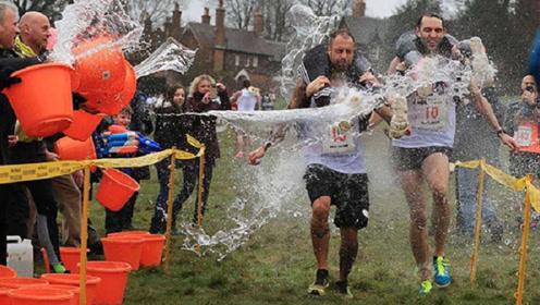 英国举办奇葩扛老婆跑步比赛,壮汉扛着妻子狂奔!