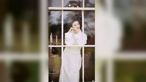 景甜晒浴袍窗前照,实在太有气质啦