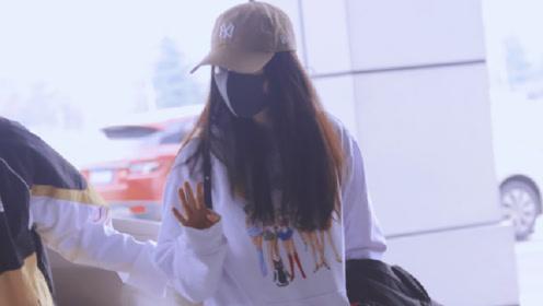 杨幂现身机场却被坑坑洼洼行李箱抢镜,粉丝心疼要众筹买新的给她