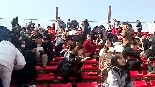 群众演员在趴在座位上吃盒饭