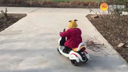 跟女儿说今晚不做饭了,女儿就骑上自己的电动车,说去姑姑家蹭饭