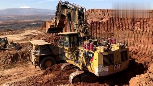 装载卡车没有配合好,挖掘机师傅挖土等了好一会,耽误了不少时间