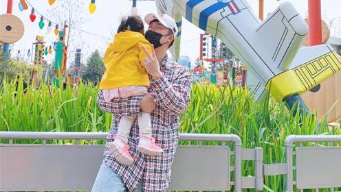 陈赫携女儿游迪士尼超有爱 老婆镜头下他超自信
