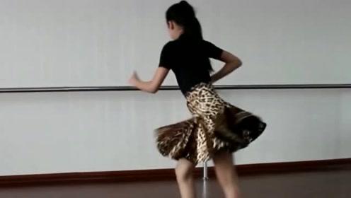送女儿上100000块钱一年的舞蹈班跳舞,网友:这钱花值了!