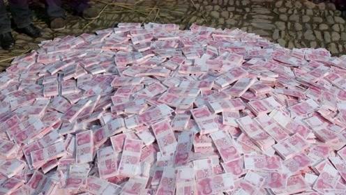 土豪老板去农村发钱,直接发六吨百元大钞,村民们眼睛都花了!