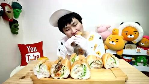 韩国吃播小哥,吃猪肉夹心面包,脆脆的声音,小哥吃得很香啊