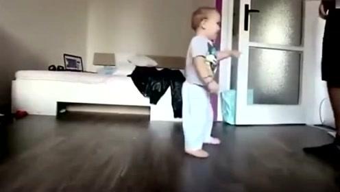 1岁小宝宝跟爸爸一块尬舞,下一秒宝宝的逗趣反应,可爱极了