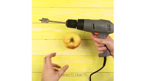 用电钻来削苹果你见过吗?脑洞大啊