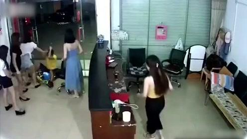 男子闯进店辱骂挑衅 众女子还击打趴在地