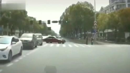 司机内心是崩溃的,从嗽叭开始按到撞车,竟然被对方无视