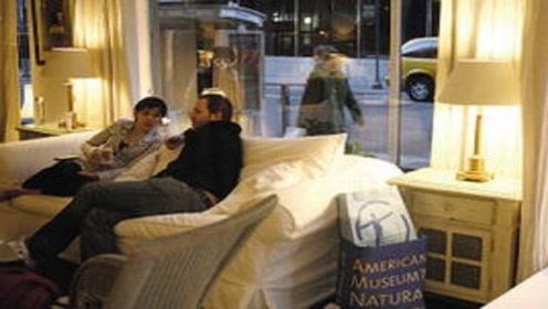夫妻入住酒店,却被邻居投诉,网友:玩真大了!