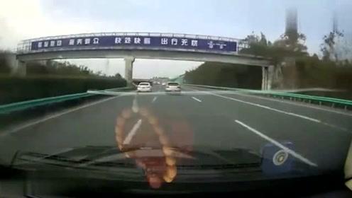 高速上,前车突然变道出匝口,后车司机被吓出了一身冷汗