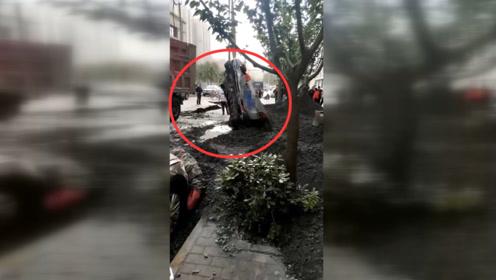 突发!西安一小区附近发生侧翻事故 小车被压扁路面严重塌陷